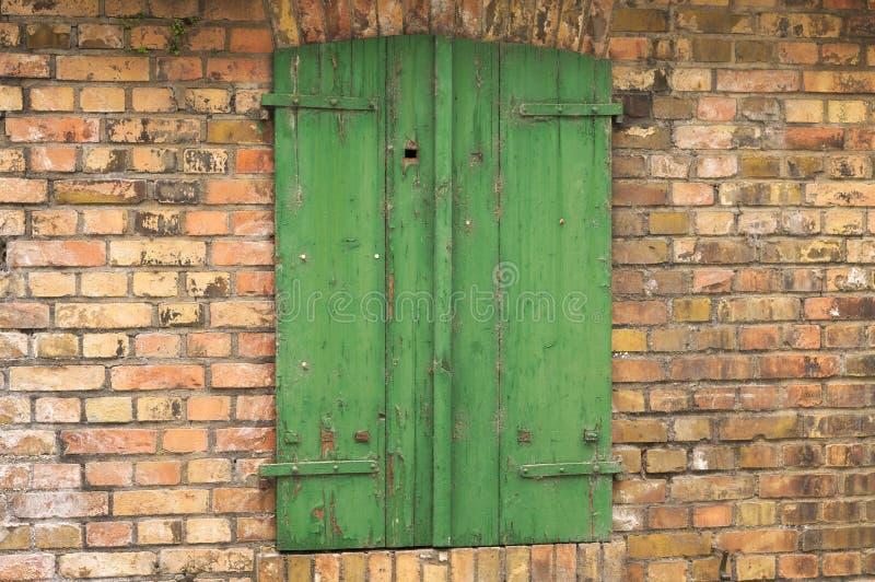 在砖墙德国的绿色木窗口 免版税库存图片