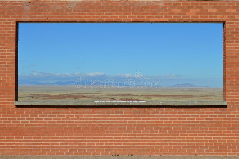 在砖墙构筑的沙漠视图亚利桑那 免版税图库摄影