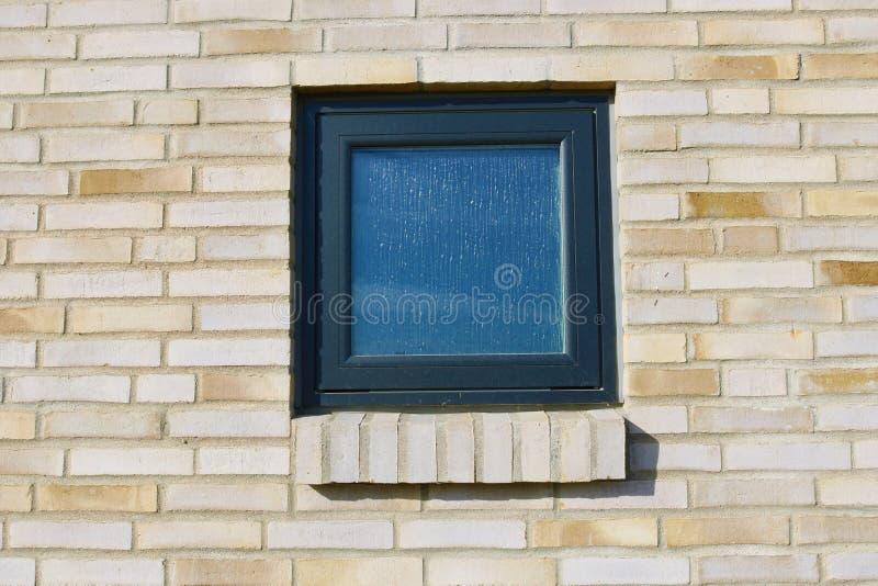 在砖墙的窗口 有黑窗口的砖墙 库存图片