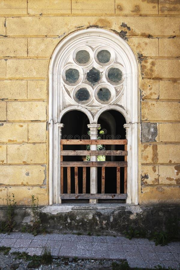 在砖墙的葡萄酒窗口 免版税图库摄影