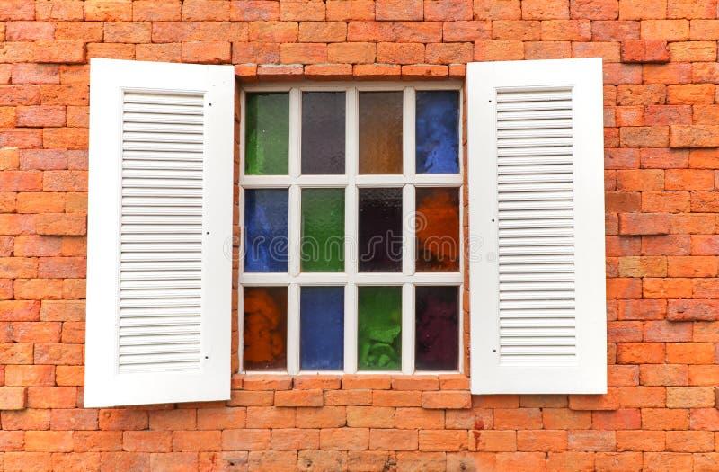 在砖墙纹理背景的白色木窗口 免版税库存照片