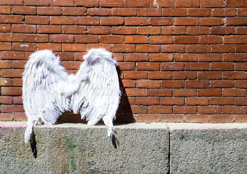 在砖墙背景的天使翼 马德里都市风景  图库摄影