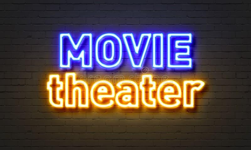 在砖墙背景的电影院霓虹灯广告 库存例证