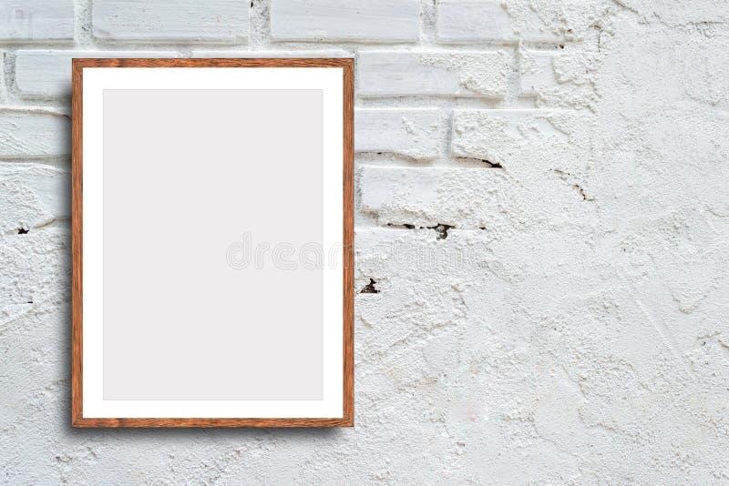 在砖墙背景的空白的白色框架与拷贝空间 免版税库存图片
