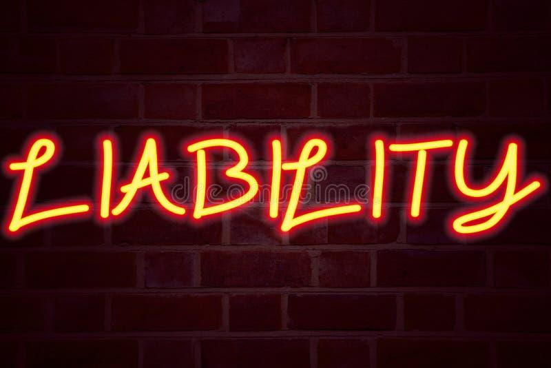 在砖墙背景的责任霓虹灯广告 在砖砌企业概念的萤光氖灯标志责任的法律Bl 库存照片
