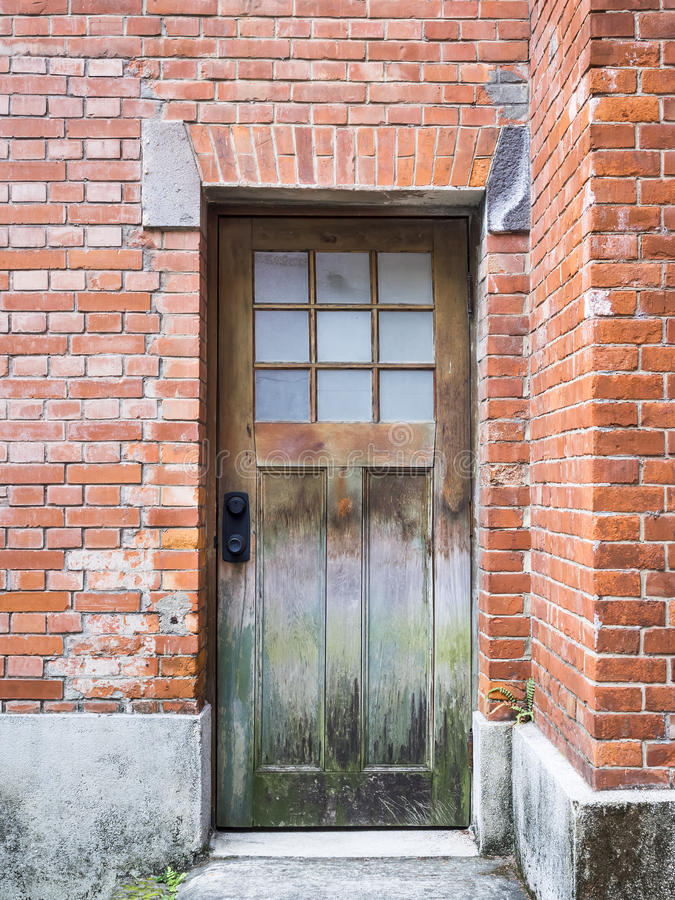 Download 在砖墙建筑学细节的木老门 库存照片. 图片 包括有 编译, bulblet, grunge, 设计, 室外 - 62539378