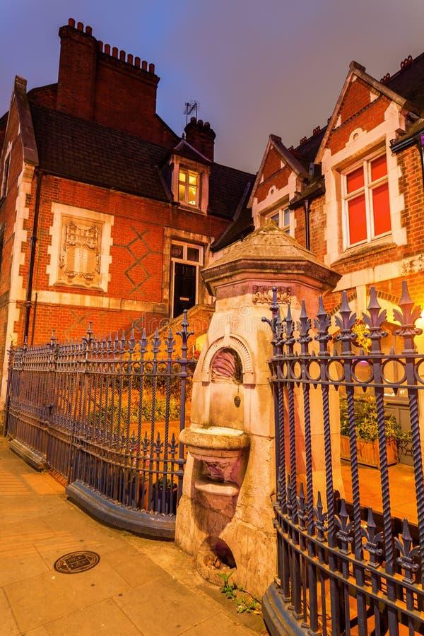 在砖车道的老饮水器在伦敦 库存照片