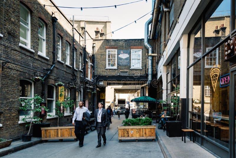 在砖车道的街道场面在伦敦 图库摄影