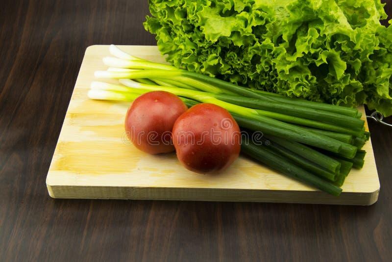 在砧板的新鲜蔬菜 免版税库存照片