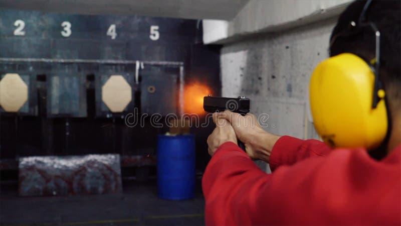 在破折号的射击从手枪 一个人射击在破折号的一杆枪 库存照片