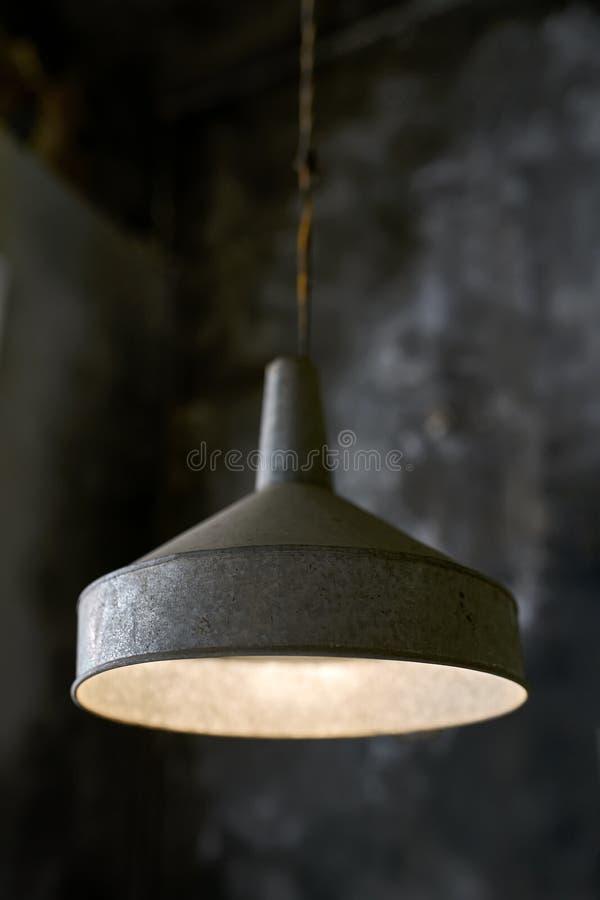 在破旧的内部的垂悬的有启发性老灯 图库摄影