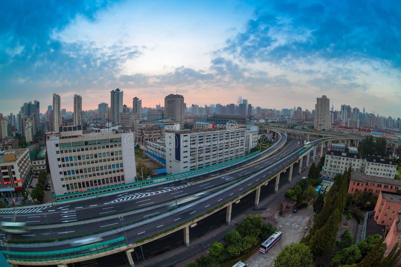 在破晓的天桥在上海 免版税库存图片