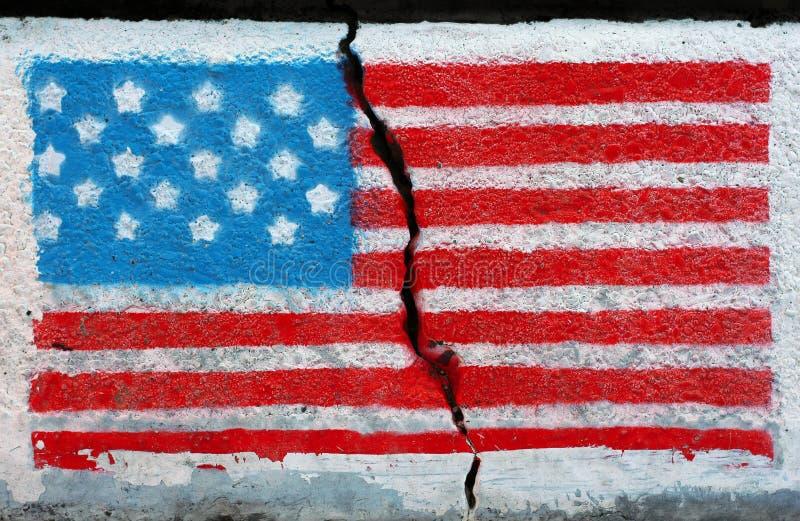 在破裂的墙壁上的美国国旗 库存照片