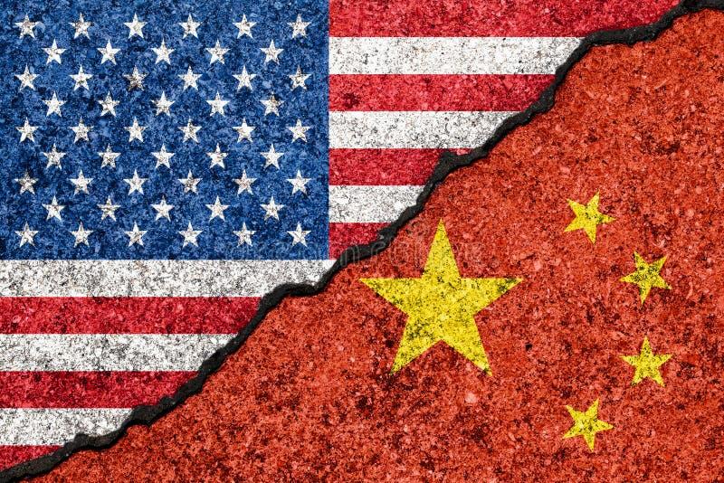 在破裂的墙壁background/USA中国贸易战概念和中国的绘的旗子美国 库存例证