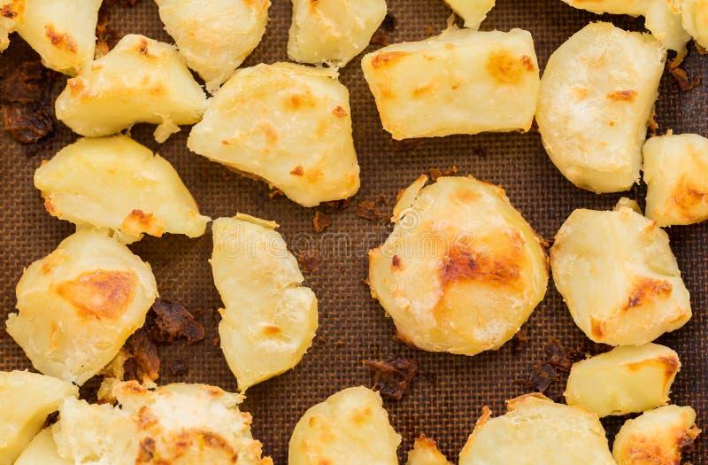 在硅树脂板料的酥脆烘烤土豆 库存图片