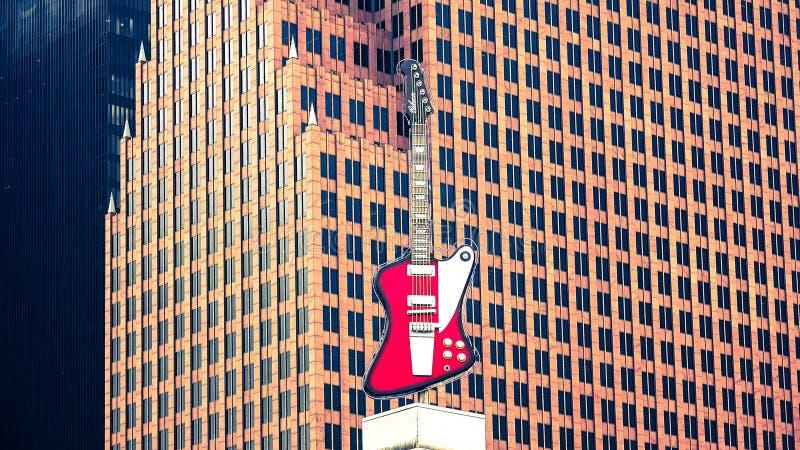在硬石餐厅顶部的大吉他标志 免版税库存照片
