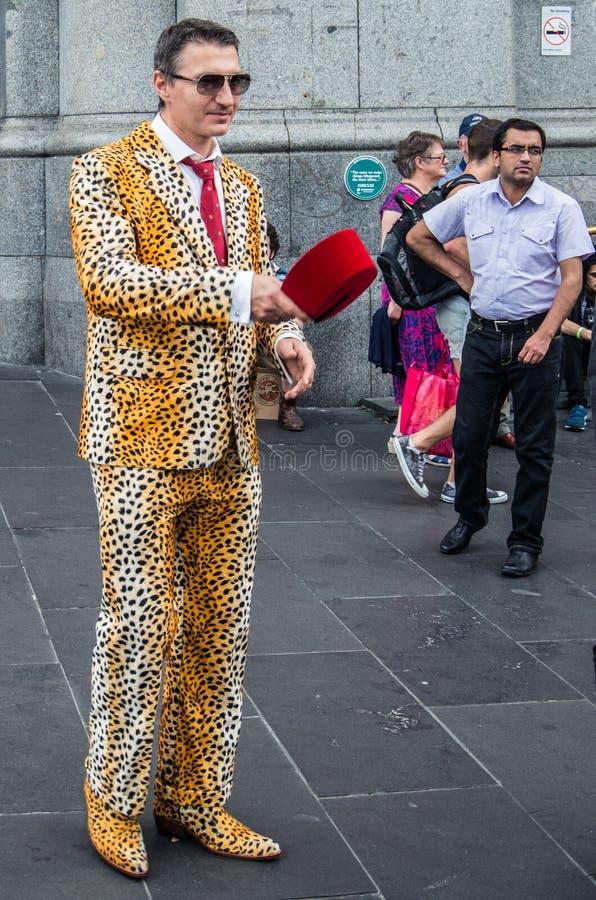 在碎片街道驻地之外的愉快的人在墨尔本杯以后 免版税图库摄影
