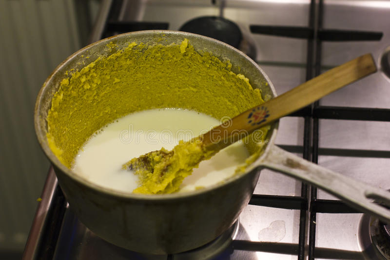 在碎玉米粥的牛奶 库存照片