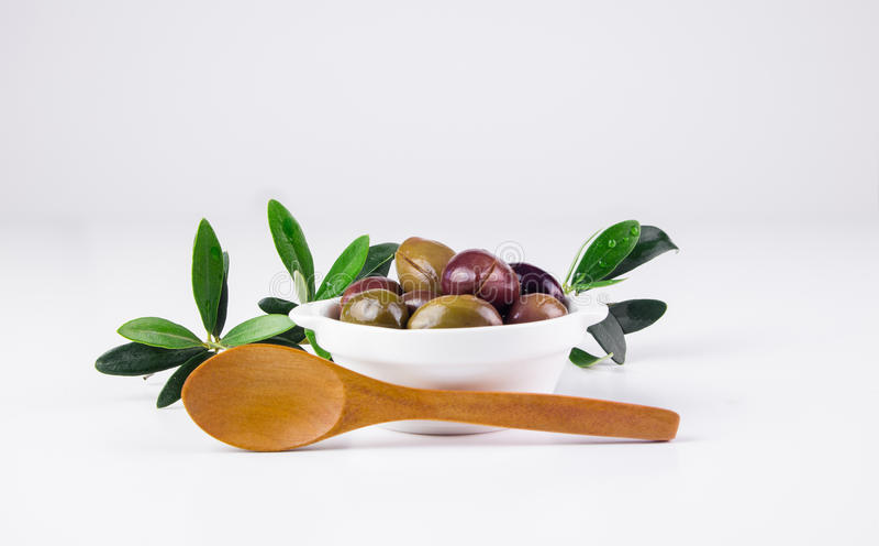 在碗和木匙子的橄榄 免版税库存照片
