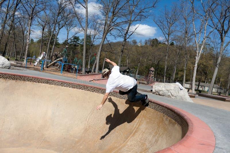 在碗溜冰者滑冰附近 图库摄影
