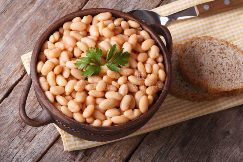 在碗特写镜头水平的顶视图的煮熟的白色扁豆 库存照片