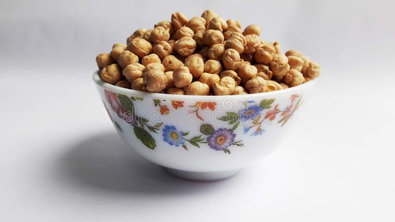 在碗的别致的豌豆在白色背景 免版税库存照片