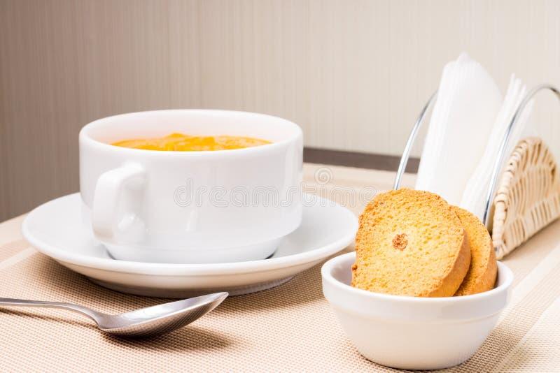 在碗的南瓜汤用油煎方型小面包片 免版税库存图片