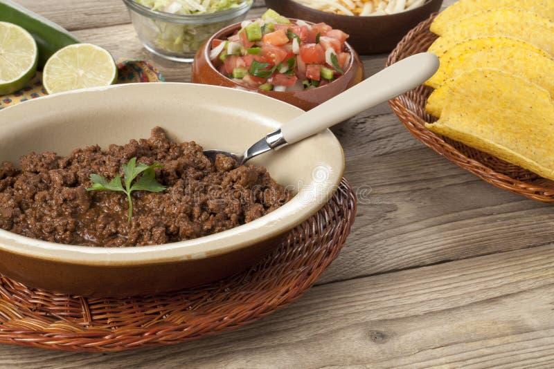 在碗的可口煮熟的绞细牛肉 库存图片