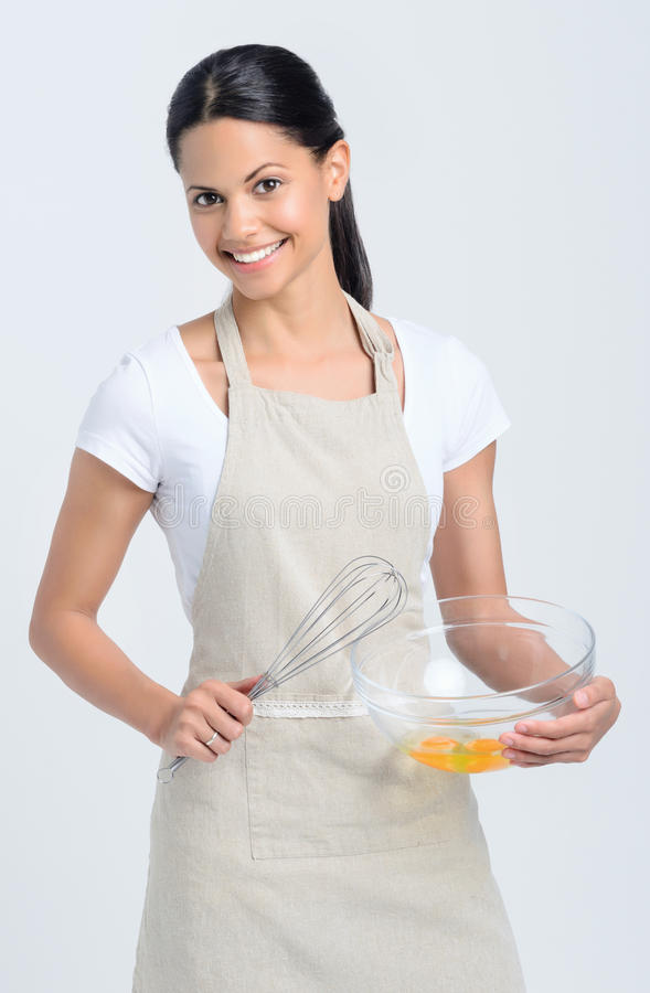 在碗的女性举行的烘烤混合物 库存照片