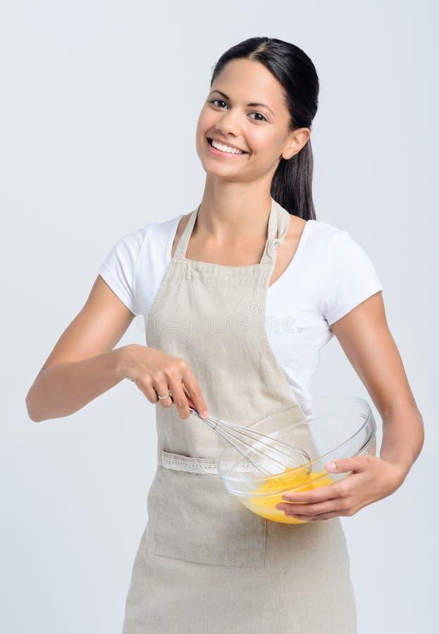 在碗的女性举行的烘烤混合物 免版税图库摄影