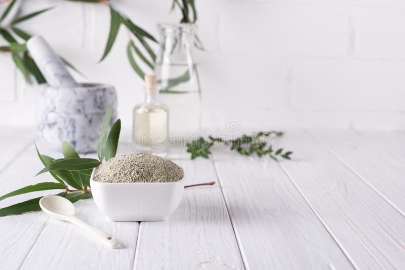 在碗的干燥面部黏土粉末 家或沙龙温泉治疗的自然化妆用品 免版税图库摄影