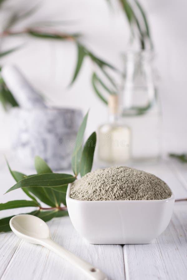 在碗的干燥面部黏土粉末 家或沙龙温泉治疗的自然化妆用品 图库摄影