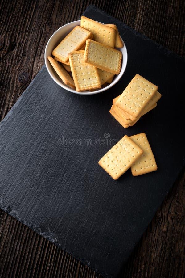 在碗的干盐味的薄脆饼干 图库摄影