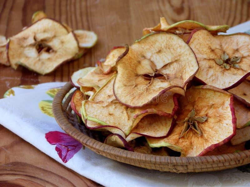 在碗的干苹果在木背景 库存照片