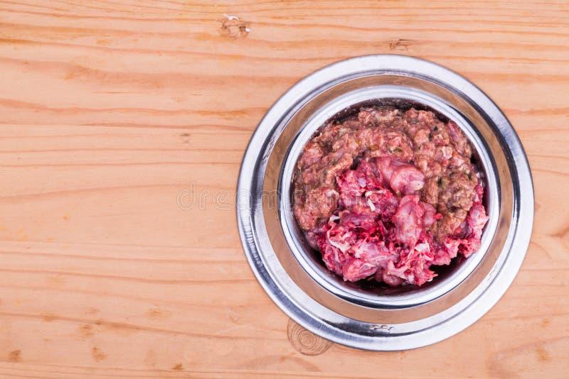 在碗的新鲜和滋补剁碎的生肉狗食 库存照片