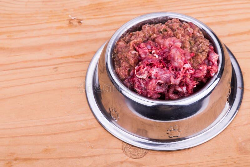 在碗的新鲜和滋补剁碎的生肉狗食 免版税库存图片