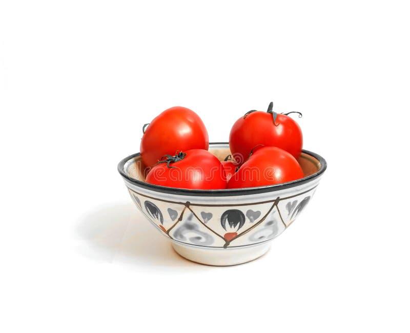 在碗的新鲜的蕃茄在白色背景健康食品菜 免版税库存图片