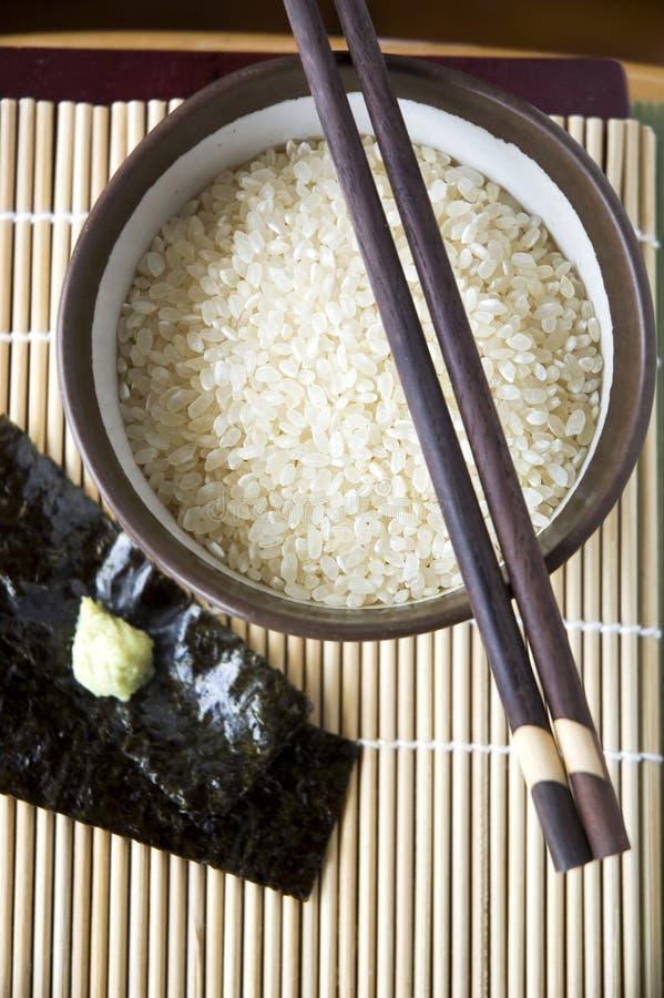 在碗的未煮过的日本米 库存照片