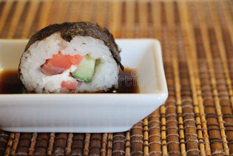 在碗的梅基寿司用酱油 免版税库存图片