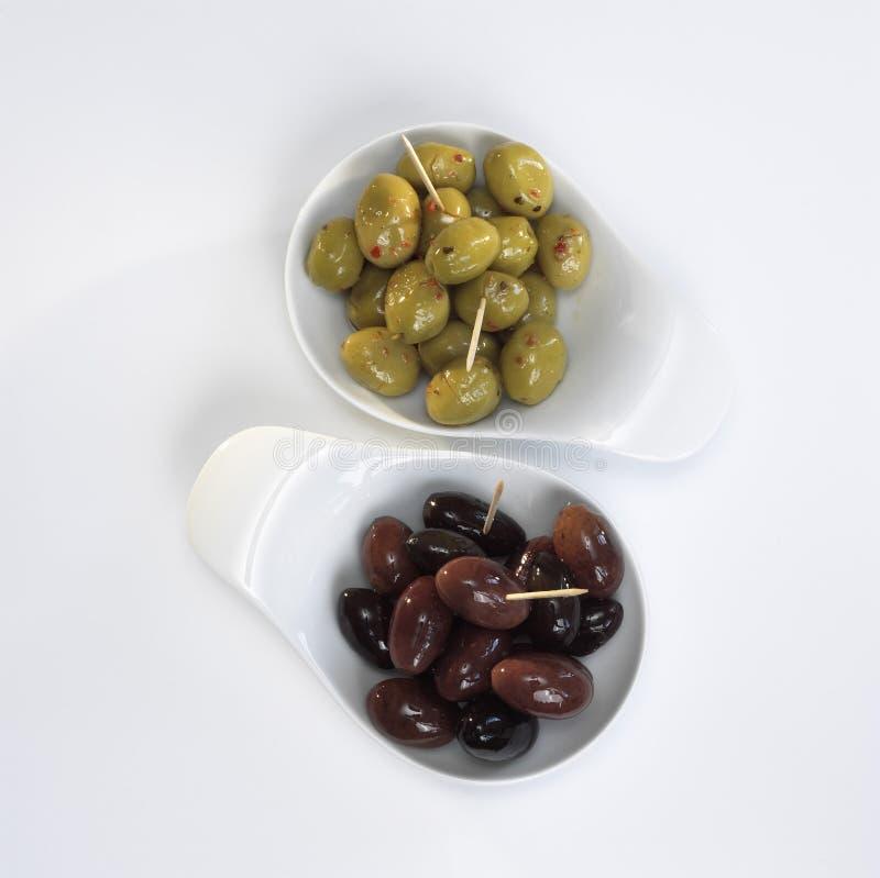 在碗的橄榄在白色背景 库存照片