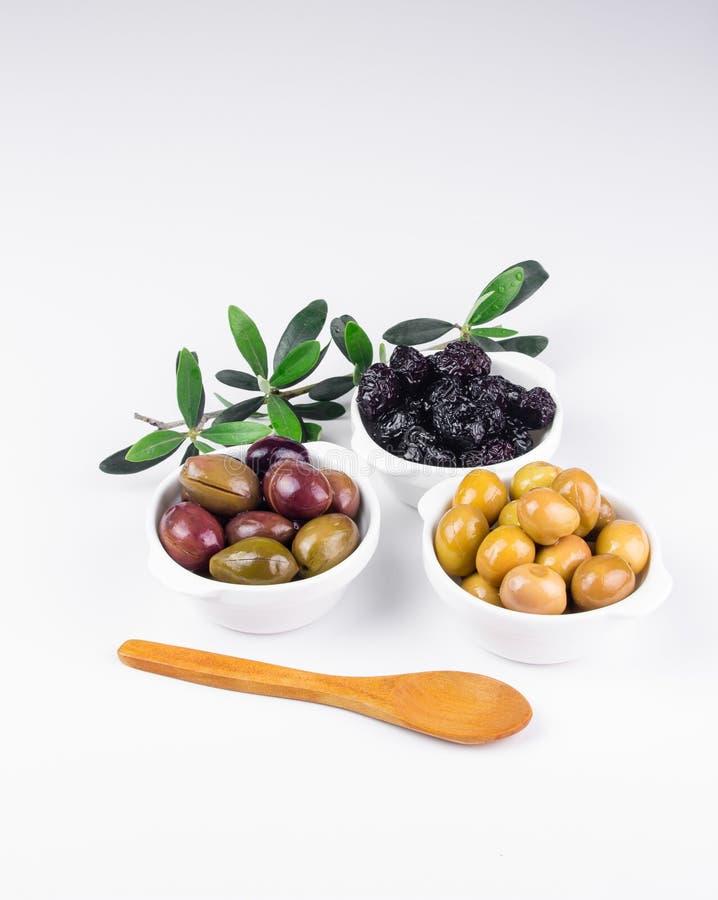在碗的橄榄在白色 免版税库存图片