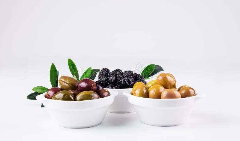 在碗的橄榄在白色 库存照片