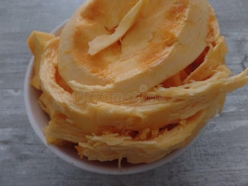 在碗的橙色南瓜骨肉 免版税库存图片
