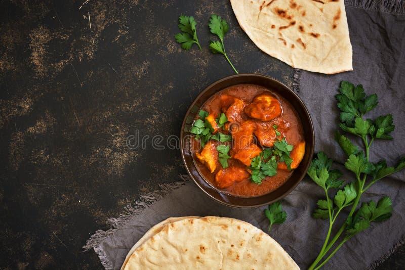 在碗的热的辣鸡tikka masala 普遍的印地安辛辣料理 顶视图,特写镜头 免版税库存照片
