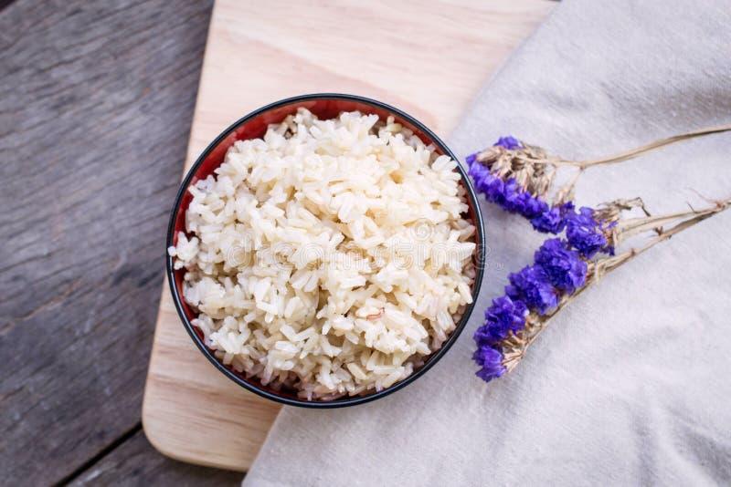 在碗的煮熟的糙米 库存照片
