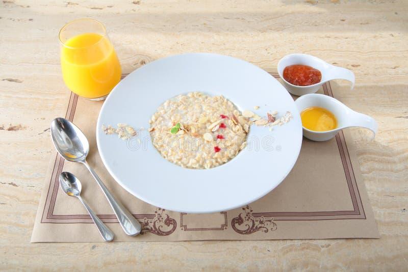在碗的燕麦粥粥冠上了用新鲜的红莓果,蔓越桔 免版税库存图片