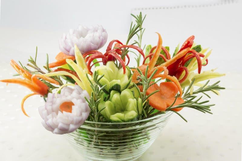 在碗的花形状的菜沙拉 库存图片