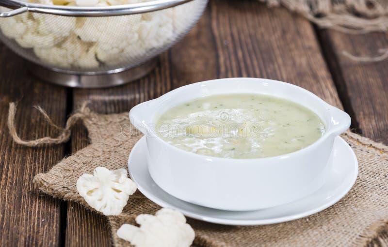 在碗的花椰菜汤 免版税库存图片