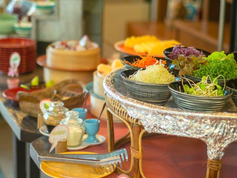 在碗的菜沙拉在木盘子用另一食物早餐 免版税库存照片