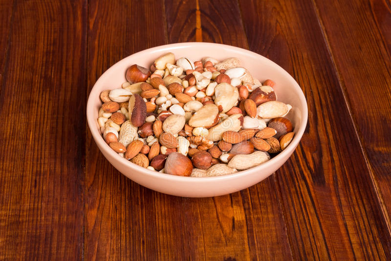 在碗的被分类的坚果 免版税图库摄影